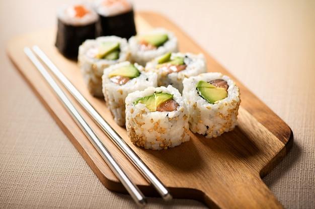Planche de bois avec sushi uramaki