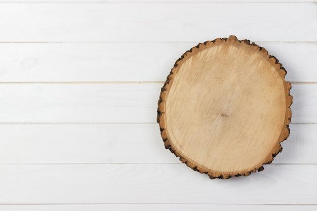 Planche de bois sur une table en bois