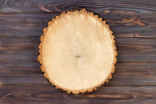 Planche de bois sur une table en bois.