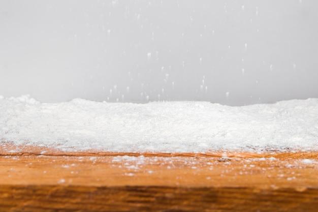 Planche de bois et tas de neige