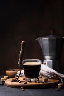 Planche de bois avec verre de café