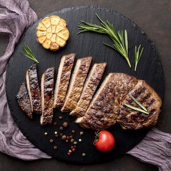 Planche de bois avec de la viande cuite