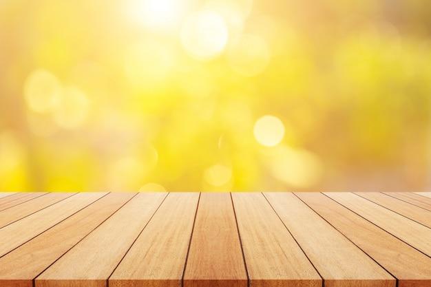 Planche de bois vide ou table et abstrait flou vert.