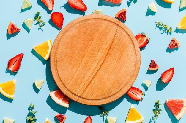 Planche de bois vue de dessus avec des fruits