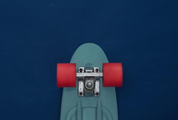 Planche de croisière sur un bleu classique. animation jeunesse.