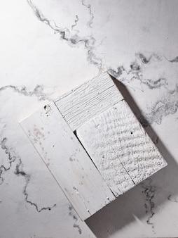 Planche de cuisine blanche sur surface en marbre