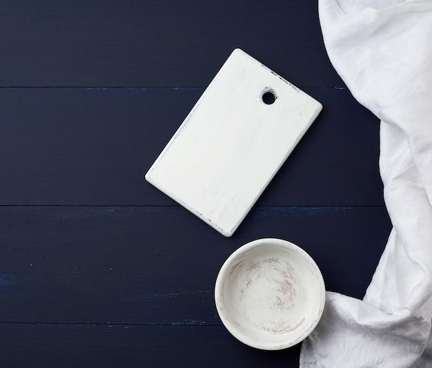 Planche de cuisine à découper blanc rectangulaire vide et assiette ronde