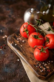 Planche à découper aux tomates