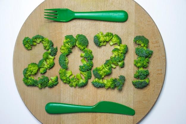Planche à découper en bois avec des chiffres en brocoli
