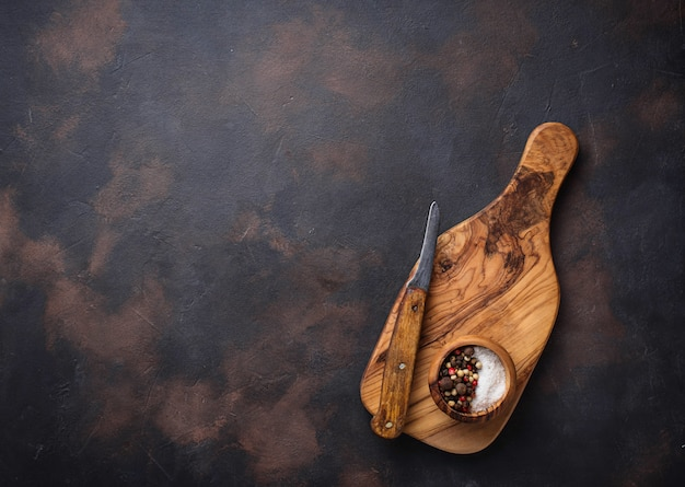 Planche à découper en bois et couteau