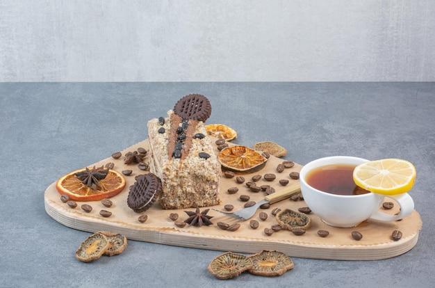 Une planche à découper en bois avec des oranges séchées et des grains de café