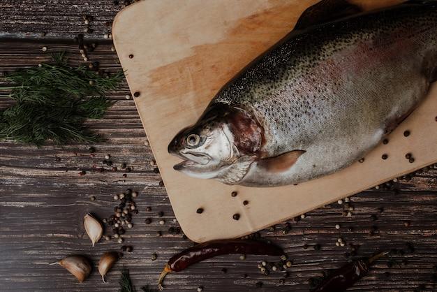 Planche à découper en bois de poisson rouge. truite