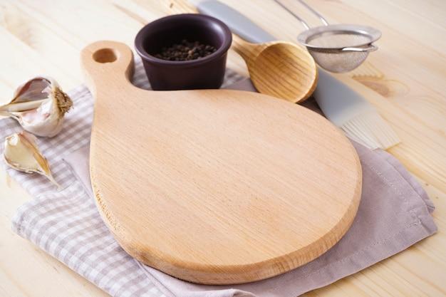 Planche à découper en bois et serviette sur fond en bois. place pour le texte.