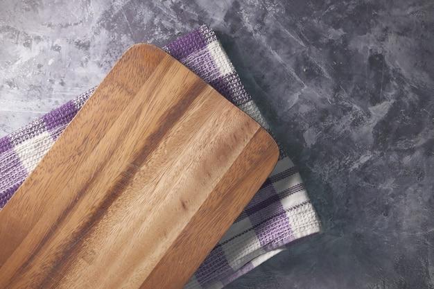 Planche à découper en bois sur table