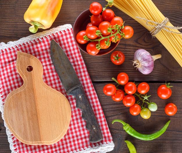 Planche à découper en bois vide avec un couteau