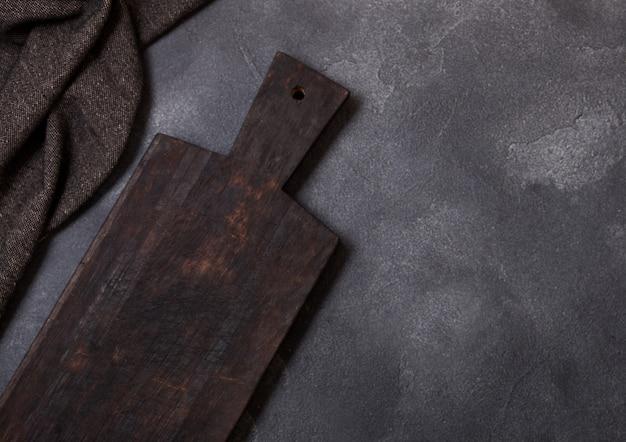 Planche à découper en bois vintage avec serviette. concept de cuisine de cuisine.