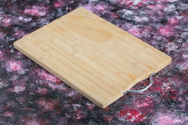Une planche à découper en bois