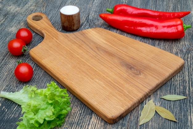 Planche à découper en chêne sur la table de la cuisine.