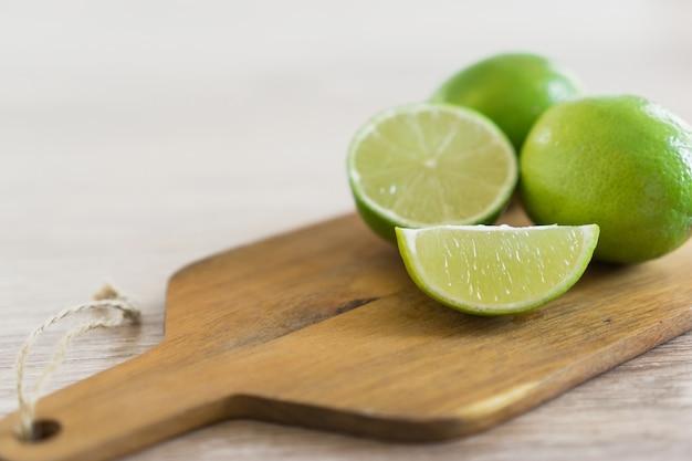 Planche à découper avec des citrons