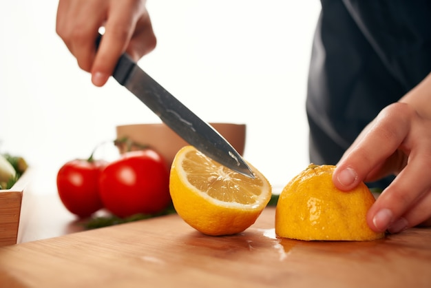 Planche à découper cuisine préparation salade citron vitamines