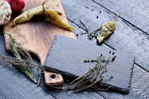 Planche à découper avec des ingrédients