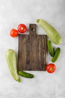 Planche à découper avec des légumes