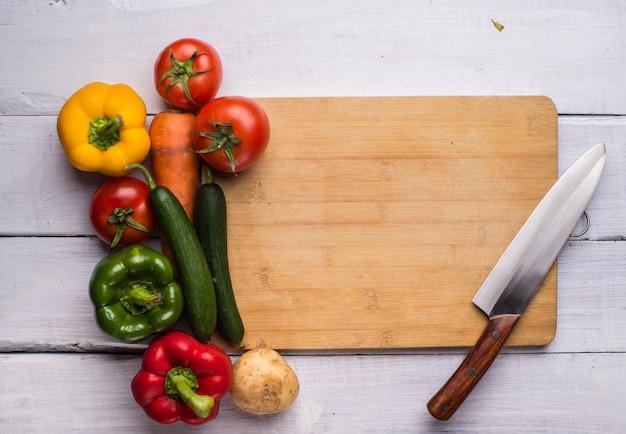 Planche à découper avec de la nourriture