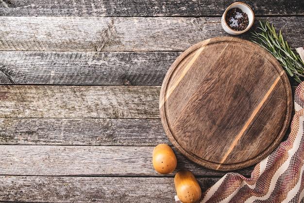 Planche à découper pour la cuisson des épices et des herbes. vue de dessus d'une planche à découper ronde.