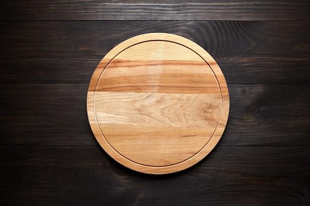 Planche à découper ronde sur table en bois marron