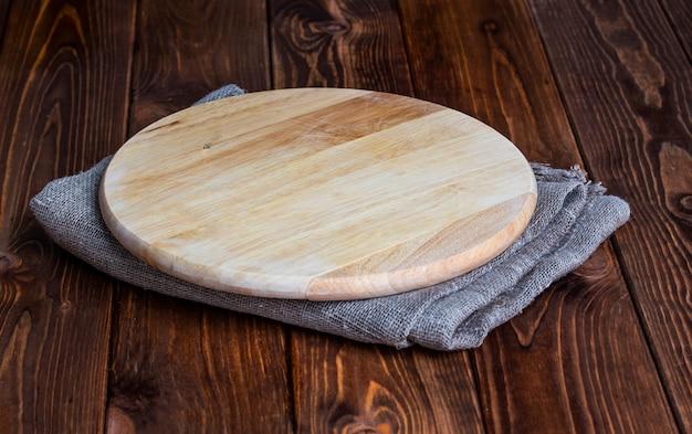 Planche à découper ronde sur une table en bois