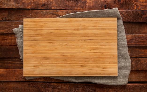 Planche à découper sur une table en bois marron, vue de dessus