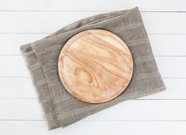 Planche à découper sur une table en bois