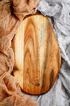 Planche à découper vide en bois sur table