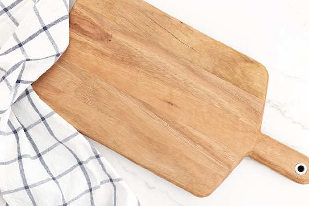 Planche à découper vide sur fond de marbre blanc. fond de cuisine cuisine. maquette