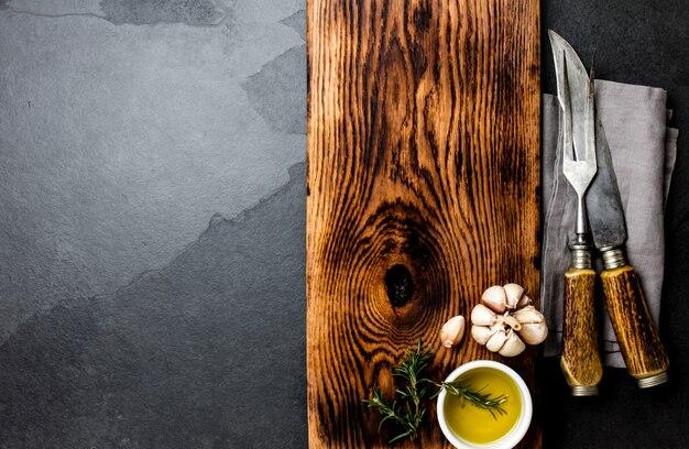 Planche à découper vintage avec des couverts. vue de dessus