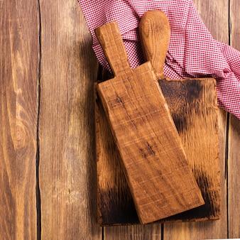 Planche à découper vintage sur fond en bois