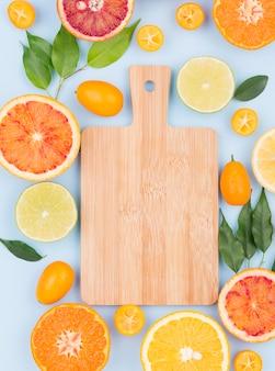 Planche à découper vue de dessus avec des fruits biologiques