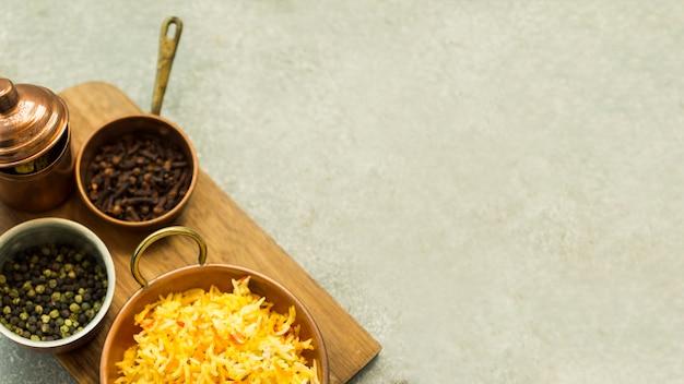 Planche avec épices et riz