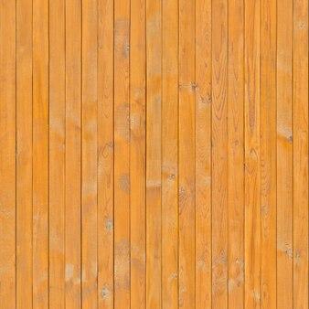 La planche est mal imprégnée de vernis avec une surface texturée.