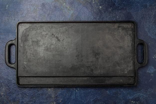 Planche à frire vide en fonte.