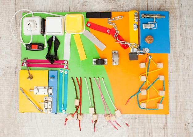 Planche occupée de bricolage à la main - vue de dessus de jouet sensoriel pour enfants