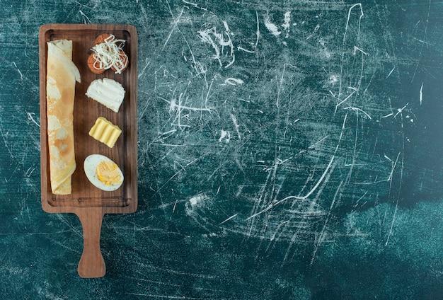 Planche de petit-déjeuner avec crêpes et ingrédients d'accompagnement. photo de haute qualité