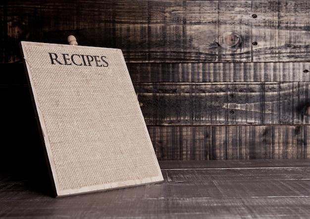 Planche de recettes en bois pour cuisine sur table en bois