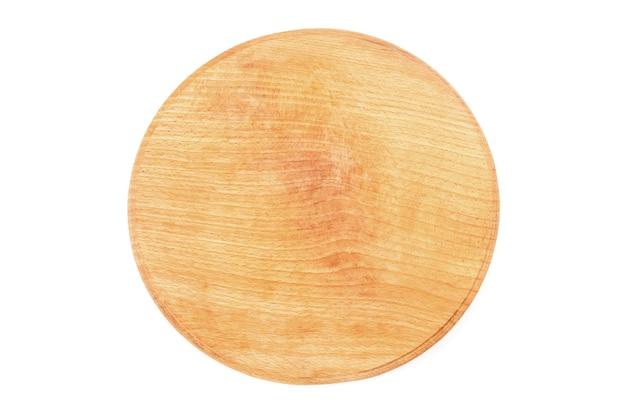 Planche ronde en bois isolée sur fond blanc. vue d'en-haut.