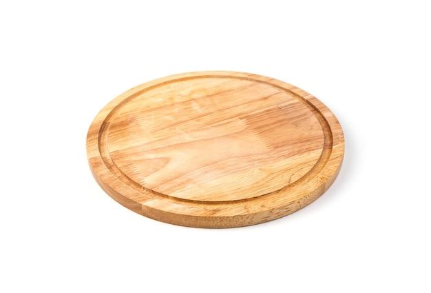 Planche ronde pour cuisiner sur fond blanc.