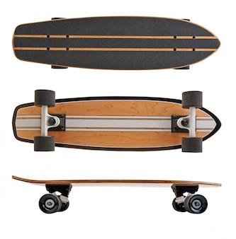 Planche de skate noir et en bois isolé