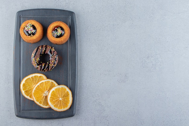 Planche sombre de délicieux beignets au chocolat et gâteaux à la gelée