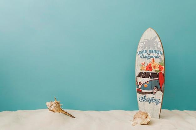 Planche de surf sur fond bleu