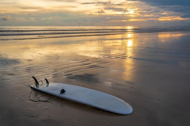 Planche de surf à la plage de sable blanc