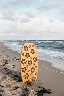 Planche de surf solitaire sur la plage